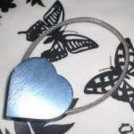TROIKA(トロイカ)ブルーハートのヘアライン加工キーホルダー